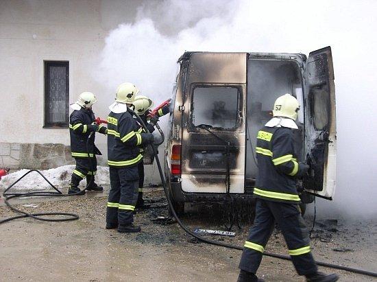 Ještětice: Dodávka shořela u budovy bazaru.