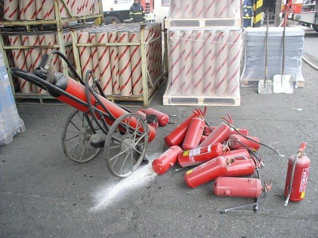 Požár v areálu firmy na výrobu lepenek v Doudlebách nad Orlicí.
