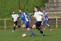 NEJLEPŠÍ STŘELEC rychnovských fotbalistů Roman Zajíček (v bílém) zaznamenal v uplynulé sezoně sedm gólů.