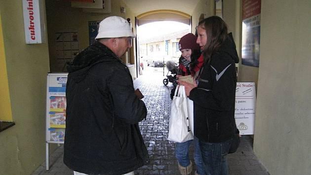 Hanka a Šárka z druhého ročníku  rychnovského Gymnázia F.M.Pelcla uměly  přesvědčit  o potřebnosti sbírky.