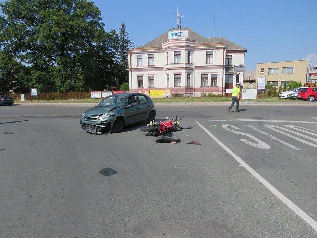 Řidička přehlédla motorkáře.