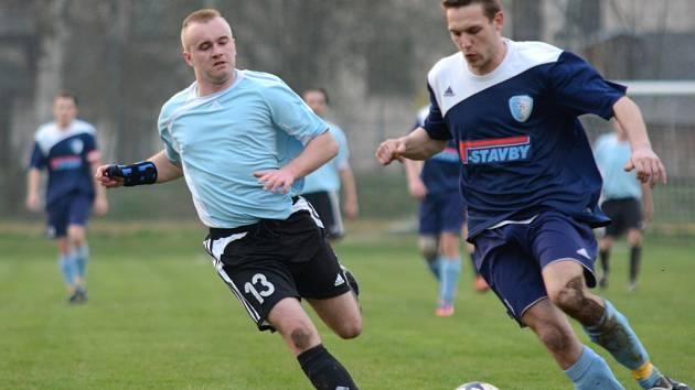 První jarní výhru oslavili častolovičtí fotbalisté, když na domácím trávníku zdolali těsně Vrchlabí. Na snímku se Radim Pinkas (vpravo) snaží  zastavit akci jednoho z hostujících hráčů.