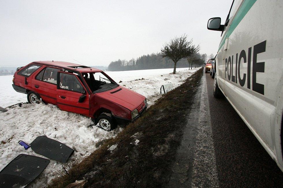 Havarovaný vůz viděli ve středu ráno řidiči na silnici u obce Chábory (Rychnovsko). Řidič po příjezdu policistů na místě nebyl a za dopoledne se ho ani zdravotníkům nepodařilo dohledat. V zavřeném autě spal pes, majitel vůz opustil.