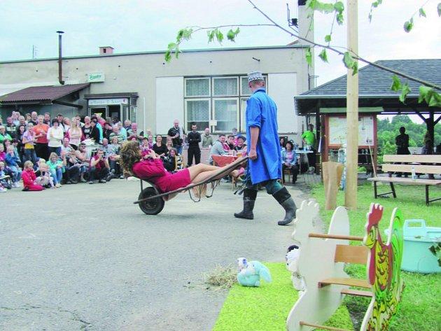 SYNKOV-SLEMENO se stal v sobotu místem velkého veselí. Při kácení máje se sejde celá vesnice.