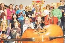 SMYČCOVÝ ORCHESTR se skládá z dvaadvaceti členů, všichni se do Itálie těší.