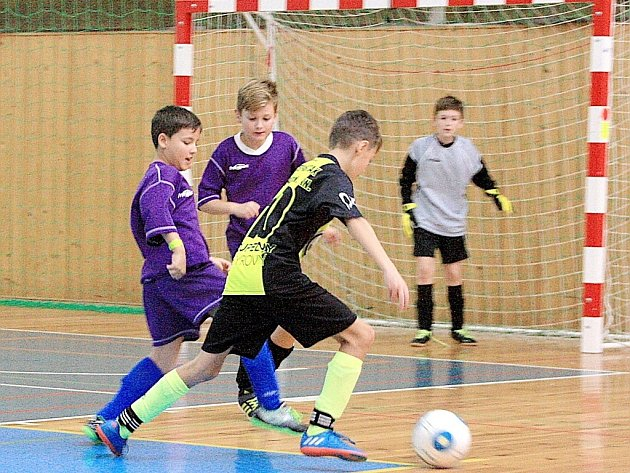 Suverénní tým Rychnova nad Kněžnou (černožluté dresy) vyhrál skupinu A bez ztráty jediného bodu.