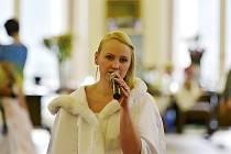 Eva Fabiánová není jen modelkou, ale také skvěle zpívá. Přesvědčit se o tom mohli návštěvníci Valentýnské svatební přehlídky.