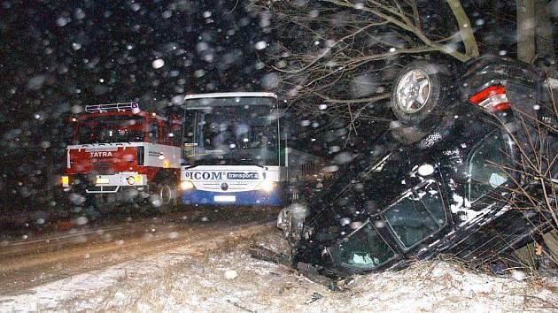 Dopravní nehoda nákladního a dvou osobních vozidel mezi Dobruškou a Cháborami.