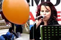 DĚTI si na náměstí užívaly s balonky nejen barvy pomeranče, také v nafukovacím hradu. Dospělým se představil mimo jiné Podorlický lázeňský orchestr z Vamberka se sólistkami Šárkou Markovou (na snímku vpravo) a Marií Citovou.