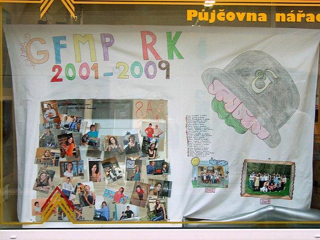 Letošní maturanti ze třídy 8A8 rychnovského Gymnázia F.M.Pecla.