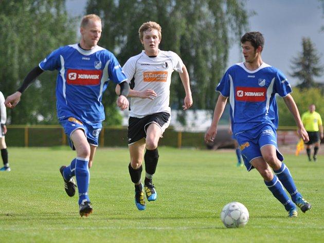 OBRÁNCE týnišťských fotbalistů Jan Odehnal (vpravo) odvrací míč před Jiřím Počtýnským z Rychnova nad Kněžnou.