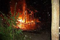 Hasiče zalarmoval požár v lese v Tutlekách, shořela tam chatka