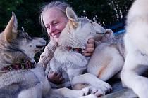 Jana Lovett Henychová se svými milovanými sibiřskými husky.
