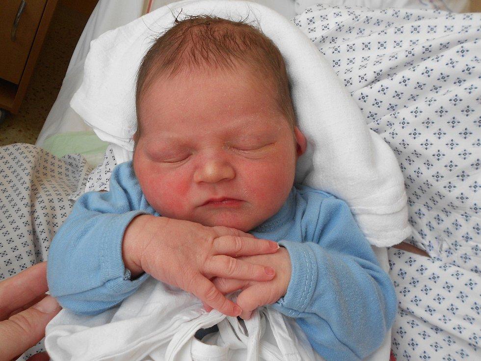 DANIEL GAŠPAROVIČ se narodil 8. června. Měřil 53 cm a vážil 4230 g. Radost udělal svým rodičům Martině Kalouskové a Tomáši Gasparovičovi z Rychnova nad Kněžnou. Doma se těší sestřička Ellinka. Tatínek byl u porodu velkou oporou a byl rád, že to stihl.