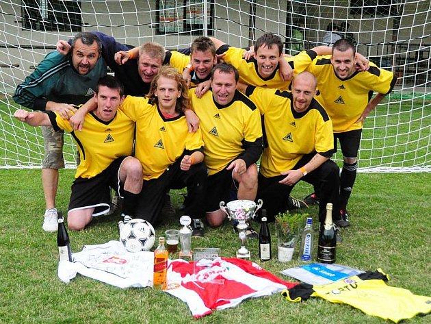 Vítězem třetího ročníku charitativního turnaje médií v malé kopané RTA Cup 2011 se stalo v Přepychách mužstvo Fotbal v kraji.