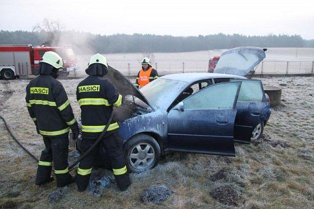 K požáru osobního vozidla v motorovém prostoru došlo včera krátce před půl osmou ráno v Olešnici.