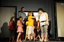 V představení  použity projekce a také různá videa. Děti vystupovaly na jevišti společně s cizinci a Romy