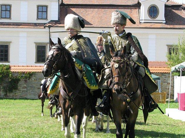 Jízda husarů v podání České barokní jezdecké společnosti.
