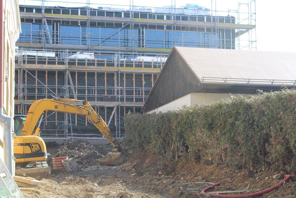 Stavební práce u kvasinské školy letos na konci zimy.