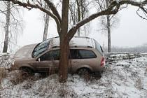 Řidič za volantem osobního vozidla nezvládl řízení a sjel do příkopu.