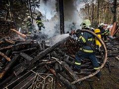 Osm jednotek hasičů řešilo požár v Olešnici v Orlických horách. Plameny ohrozily i les.