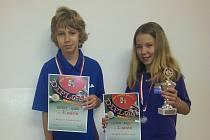 Talentovaná doberská stolní tenistka Terezie Sazimová s pohárem a diplomem.