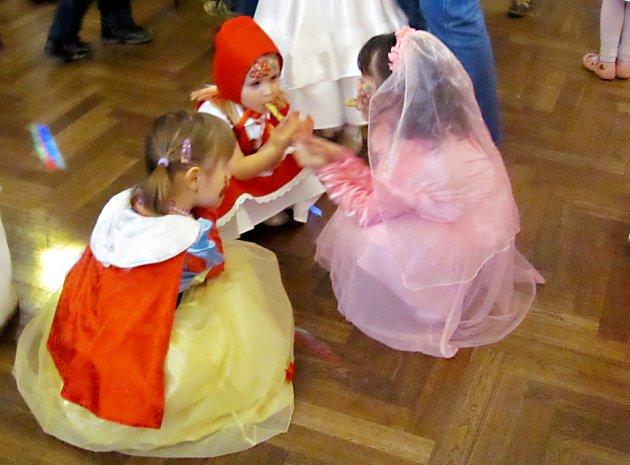 KARNEVALOVÉ MASKY včera zaplnily celý sál v Častolovicích. A to i přesto, že některé děti přišly bez masek. Hlavní zábavou byl tanec.