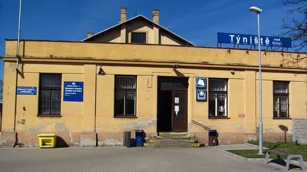 Vlakové nádraží v Týništi nad Orlicí před rozsáhlou rekonstrukcí.
