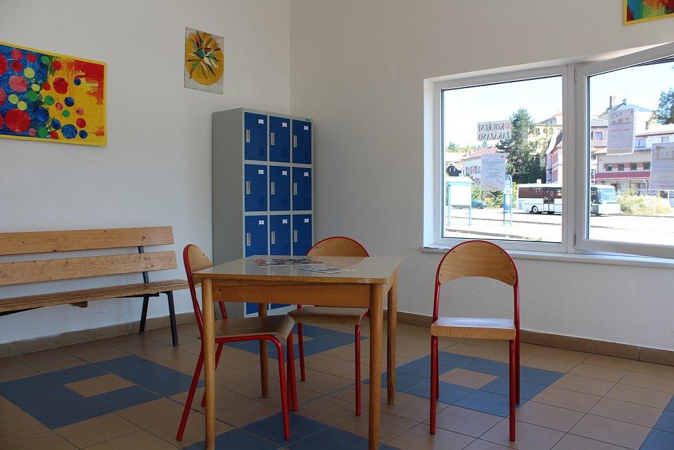 Z denního stacionáře pro lidi v nouzi, který provozuje Farní charita, sem mohou přijít i na polévku.