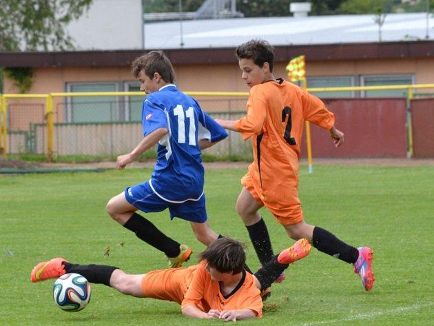 ČTYŘI GÓLY vstřelili v utkání finálové skupiny KS starší žáci Rychnova (tmavé dresy) do sítě týmu Hořice/Dohalice.