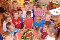 Děti uvítal žralok z melounu.