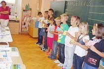 V PRVNÍ ŠKOLNÍ DEN přivítali prvňáčky na základní škole v Bílém Újezdě jejich starší spolužáci.