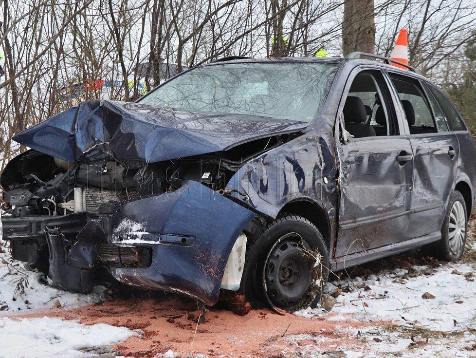 Řidič nezvládl řízení a přerazil strom.