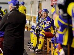 Střelec jedné z pěti branek hokejového týmu TJ Sokol Semechnice  v duelu s Hronovem – Pavel Gois (č. 18) na střídačce.