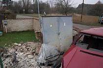 Osmadvacetiletá řidička z Třebechovic nezvládla smyk a narazila Škodou Favorit do plotu a rozvodné skříně.