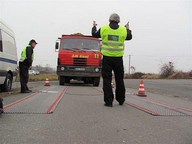 Kamiony naložené cukrovou řepou zaměstnávají kromě policie i starosty obcí, přes něž jezdí. Jak situaci nadobro vyřešit je ve hvězdách