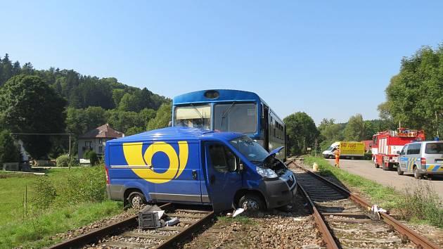 Nehoda poštovního auta a vlaku