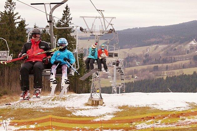 Na Deštném a v Říčkách se poprvé lyžovalo.  Provozovatelé sjezdovek bojují s teplem