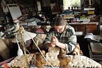 ÝTVARNICE A ŘEZBÁŘKA JARMILA HALDOVÁ ze Sedloňova nyní pracuje na tom, aby její betlém pasoval do vitríny 4x1,2 metrů. Ten bude vystaven na městském úřadě
