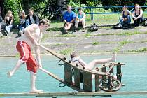 Zaplavali si i přeběhli lávku