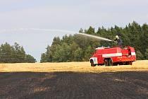 Hasiči zasahují při jednom z požárů na poli nedaleko Dobrušky.
