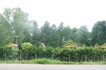 PRVNÍ VARIANTA PŘELOŽKY SILNICE ČÍSLO 36 by měla procházet okrajem Borohrádku v místech, kde se nachází klidná zahrádkářská kolonie. To samozřejmě naráží na nesouhlas zdejších majitelů. Dopad by ale měla i na zástavbu rodinných domů, které vznikají poblíž