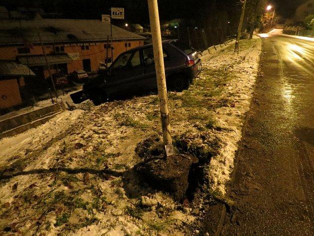 Řidič vyrazil ze silnice a zarazil se až o plot.