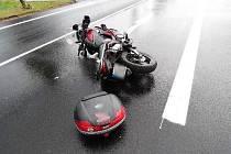 Motorkář nedobrzdil, skončil v nemocnici