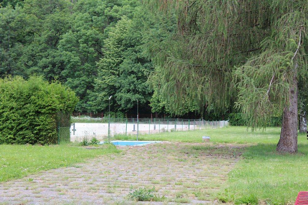 Brány koupaliště ve Vamberku se letos pro veřejnost neotevřou.