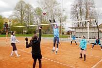 Zimní volejbal... Účastníkům tradičního jarního turnaje v Česticích letos počasí vůbec nepřálo.