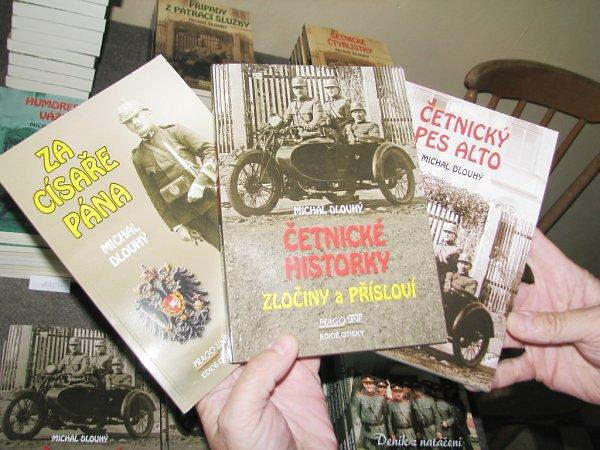 VEDLE ÚČASTI na natáčení řady seriálů již stačil Michal Novotný publikovat dvanáct knih věnovaných četnictvu