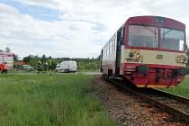 Střet osobního vlaku a dodávky na železničním přejezdu mezi Borohrádkem a Holicemi.