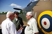 Brigání generál, za II. světové války stíhací pilot RAF, Miroslav Štandera (vpravo)