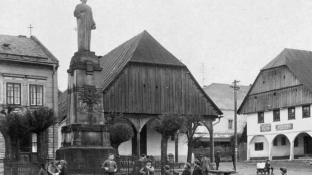 ODHALENÍ HUSOVA POMNÍKU se uskutečnilo 3. července 1904. Z dobového snímku je vidět, že zájem našich předků byl obrovský. Fotografie je dokladem, jak důležití jsou pro historii sběratelé. Snímek poskytl ze soukromé sbírky Milan Sedláček ze Záměle. Husův p